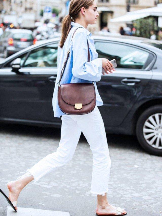Девушка в образе с белыми укорочёнными джинсами