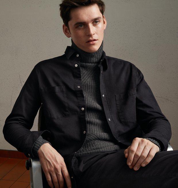 Мужчина в одежде от H&M
