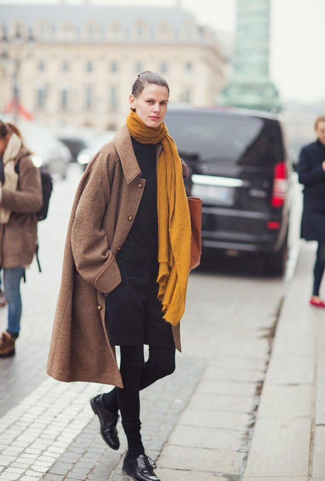 Саския де Брау в образе с пальто и шарфом