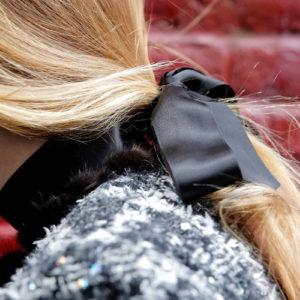 Девушка с чёрной лентой в качестве аксессуара