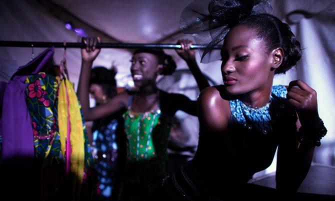 Темнокожие девушки возле вешалки с одеждой