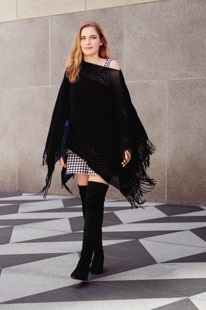 Девушка в черном пончо с высокими сапогами